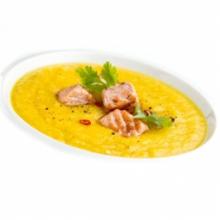 Currys ananászleves pirított lazackockákkal, kandírozott gyömbérrel