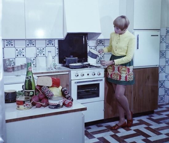 1969: Schmidt Bea manöken az eszményi szocialista konyhában. Forrás: Fortepan, Bauer Sándor