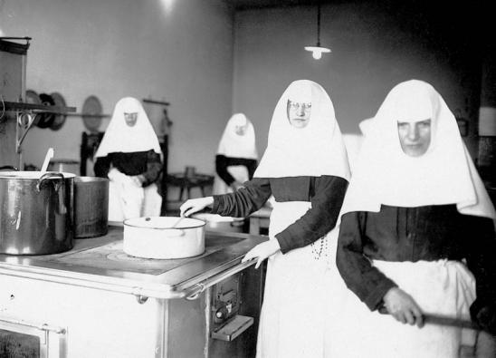 1937 - Fatüzeléssel, zománclábossal dolgoznak az apácák. Forrás: Fortapan, Erky-Nagy Tibor