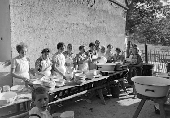 1967: Katlan és közösségi mosogatás az esküvő után. Forrás: Fortepan