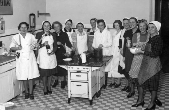 1941 - Cukrászkodó hölgyek a konyhában - bor is akad! Forrás: Fortepan, Saly Noémi