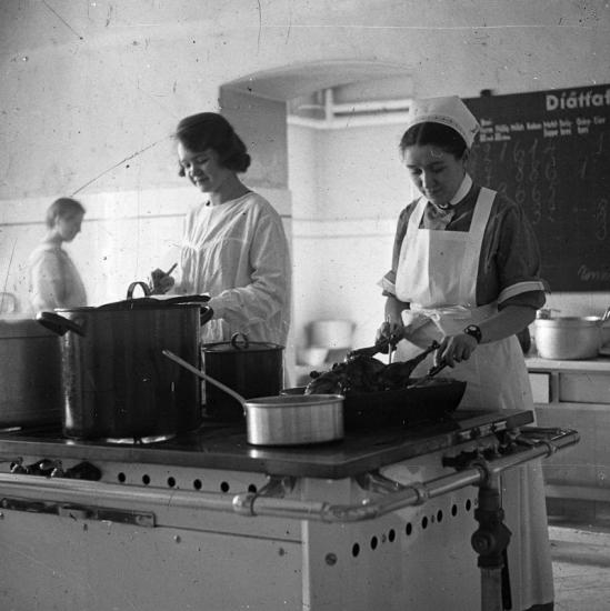 1926 - Szanatóriumi konyhának tűnik. Látják azt a sült kacsát? Forrás: Fortepan, Wirthmann Julianna