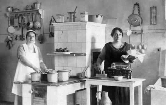 1922 - Nem csak a cseréptűzhely csodás, de a mérleg is! Forrás: Fortepan, Varga László