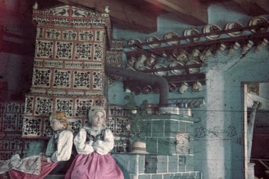 1940 - Beszterce környéki szász ház konyhája: nézzék a viseletet meg a csodás festett kályhát! Forrás: Fortepan