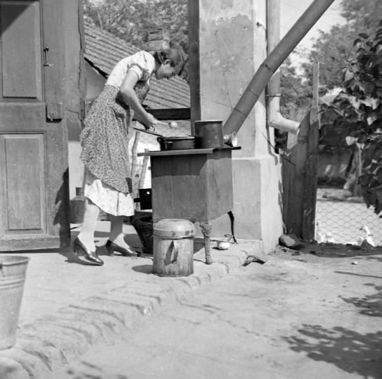 1940 - Tiszta udvar, rendes ház, görbe kémény, fakanál. Forrás: Fortepan
