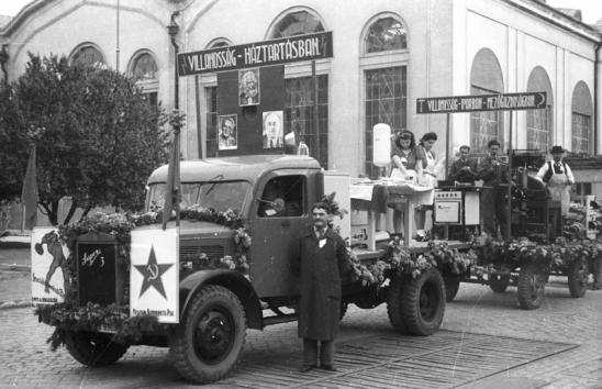 1947 - Május 1-i felvonulás a győri Gyárvárosban. Természetesen az autó is egy helyi Rába. Forrás: Konok Tamás Id.