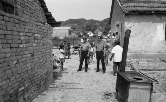 1981: Valahol vidéken, valahol a cigánysoron áll egy tűzhely... Forrás: Fortepan, Magyar rendőr