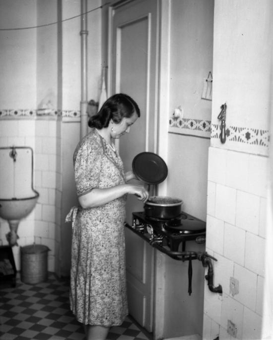 1940 - Budapest, Retek utca 29-31., I. emeleti lakás konyhája, gázvezetékkel, modern főzőlappal. Forrás: Fortepan, Lissák Tivadar