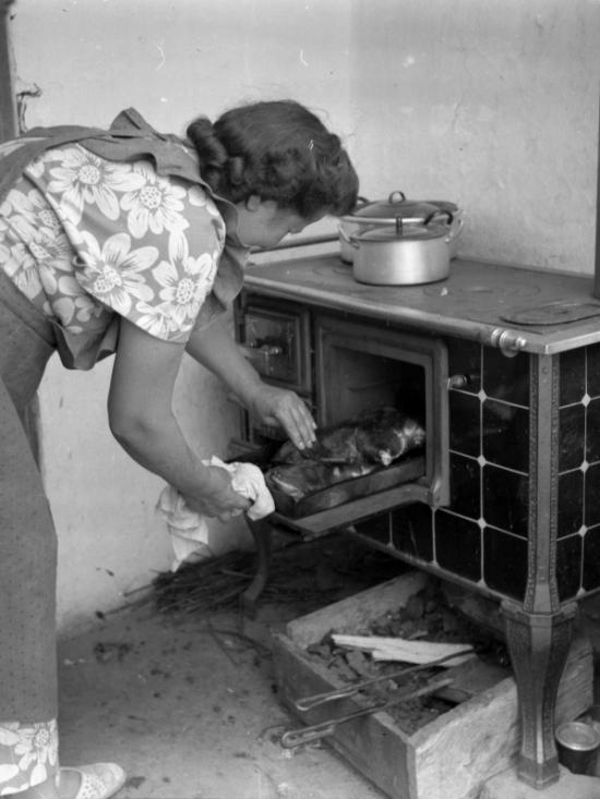1947 - Hús sül a széntüzelésű berendezésen