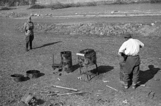 1939 - A seregben is enni kell, bár nincs gáz, se fényes csempe, csak terepszínű katlan. Forrás: Fortapan, Berkó Pál