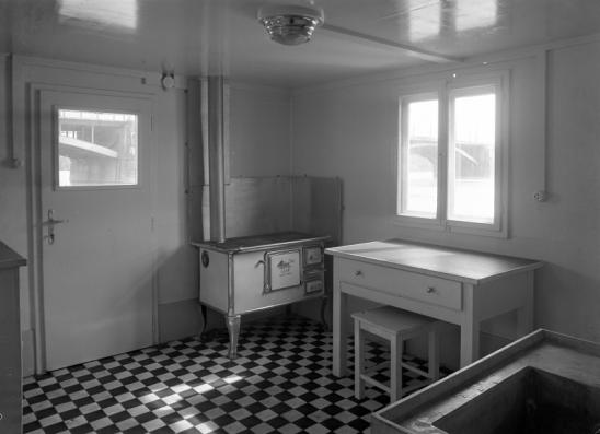 1950 - Bem téri pontonkikötő konyhája. Az ablakokban a Margit híd látszik. Forrás: Fortepan, Uvaterv