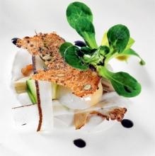 Hűvös karfiolpüré fürjtojással, zöldségekkel,